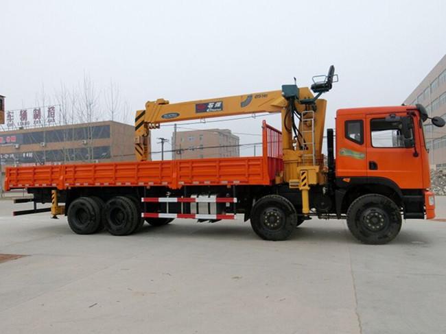 东风新款前四后八(可装6.3~16吨吊机)随车起重运输车